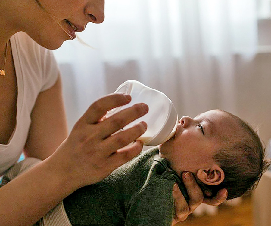 mom baby bottle feeding